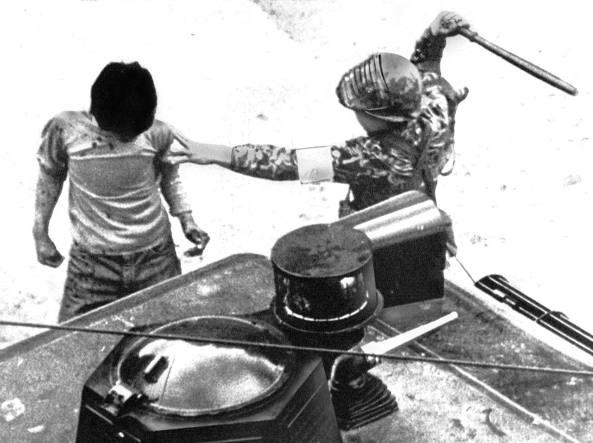 Gwangju, 20 maggio 1980: paracadutista picchia uno studente (foto Rikio Imajo/Upi/ Archivio Corsera)