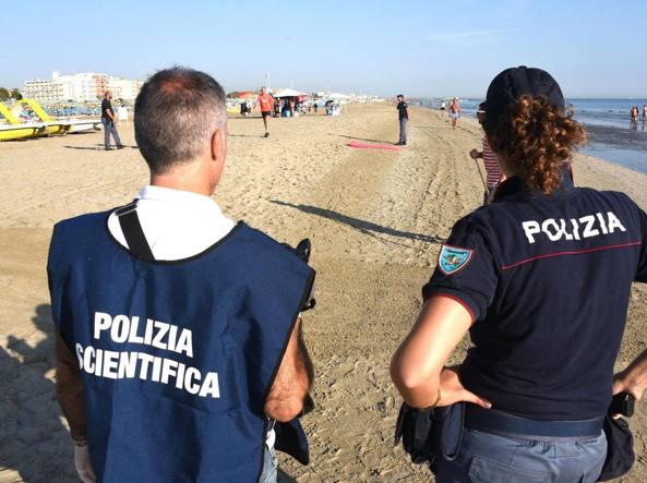 Rimini, coppia di turisti polacchi aggredita sulla spiaggia. Lei è stata stuprata