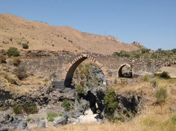 Foto Ponti Incantevoli Favole : Il ponte dei saraceni e i fondali vulcanici del simeto