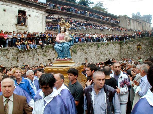 'Ndrangheta. Santini della Madonna della Montagna affissi dinnanzi casa mamma del boss