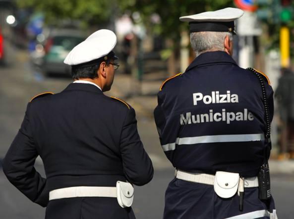 Catania, vigile urbano intima alt ad uno scooter: aggredito dal branco