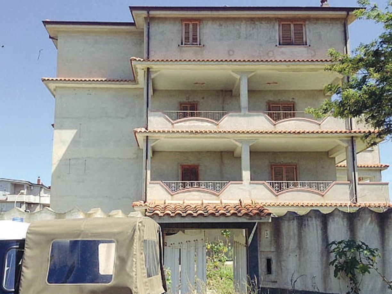 il boss della ndrangheta morabito viveva nel lusso in uruguay. Black Bedroom Furniture Sets. Home Design Ideas