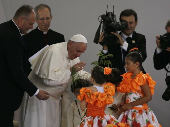Bogotà, folla acclama l'arrivo di papa Francesco