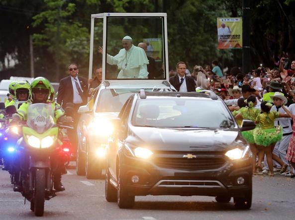 Papa Francesco a Cartagena: piccolo incidente gli provoca una contusione sul volto