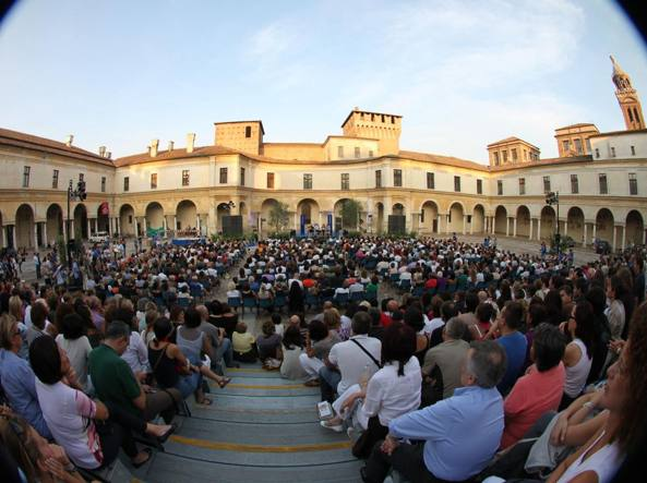 Pubblico in piazza Castello durante l'edizione 2016 del festival
