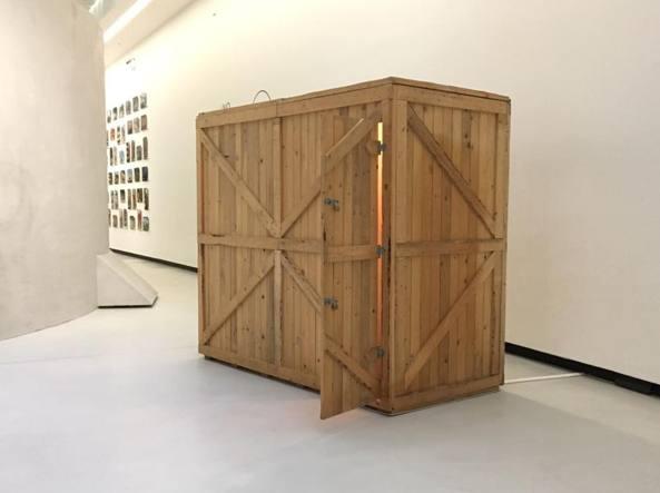 3,24 mq (2004), installazione dell'artista Francesco Arena (1978) che ricostruiva in scala 1:1 la cella di Aldo Moro in via Montalcini