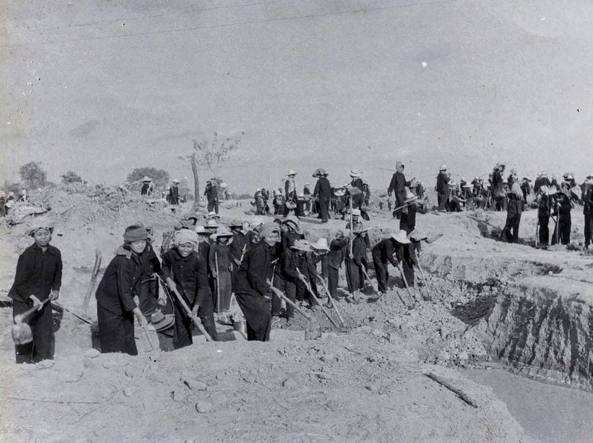 Civili ai lavori forzati durante il regime dei Khmer rossi: la popolazione fu tutta deportata nelle campagne