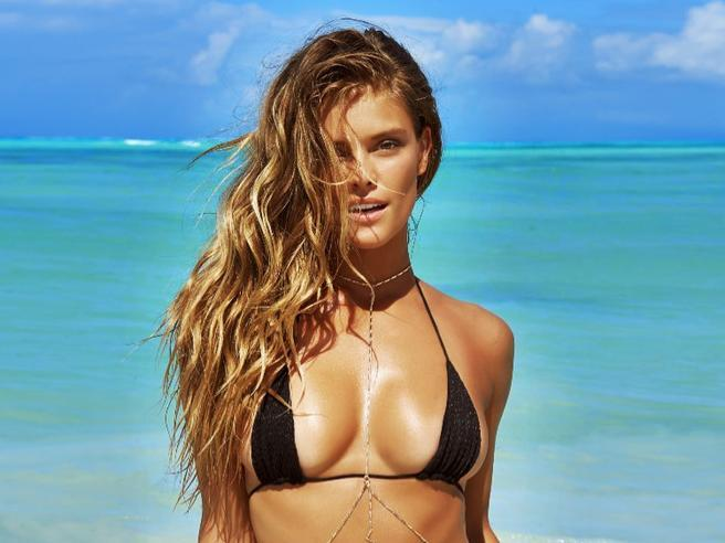 Sexy tra le onde messicane. La top Nina Agdal torna su «Sports Illustrated»