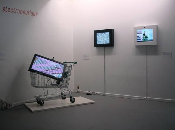 Installazione del collettivo russo Electroboutique (Vladislav Efimov, Aristarkh Chernyshev, Alexei Shulgin) per la mostra «Holy Fire. Art of the Digital Age» (2008)