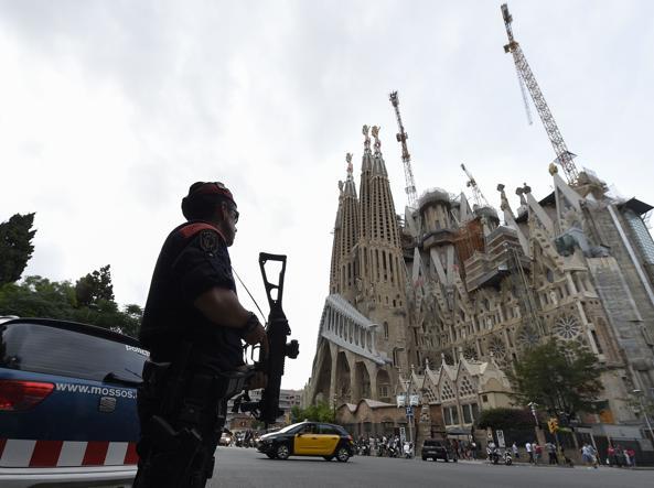Barcellona, evacuata e isolata la zona della Sagrada Familia per allarme terrorismo