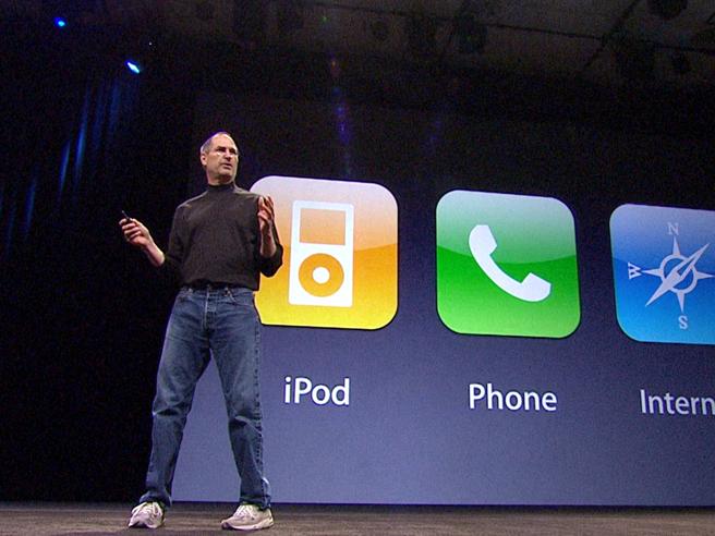 È il giorno dell'iPhone X  Un'icona e   le tappe in 10 anniDal piccolo 2G al 7 Plus: foto