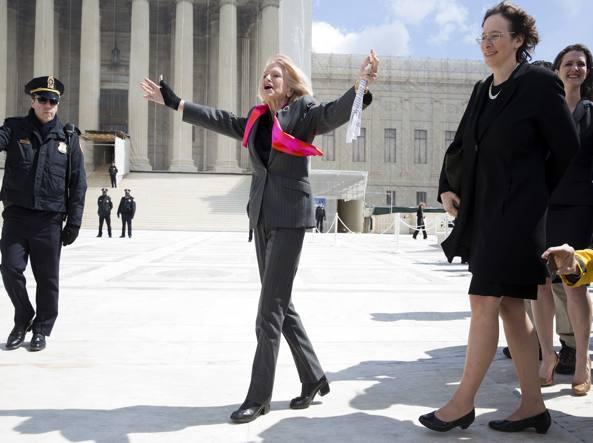 Edie Windsor davanti alla Corte Suprema che le diede ragione nel 2013 (Reuters)