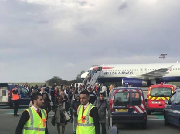 Parigi, evacuato un aereo della British Airway per presunta minaccia terroristica