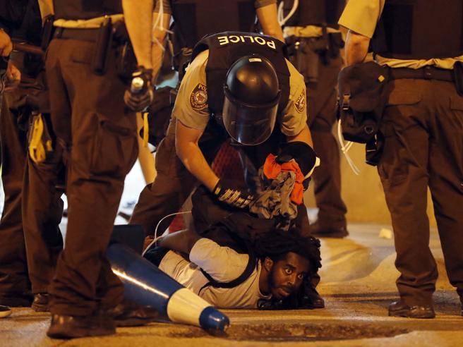 Saint Louis, proteste per agente bianco assolto. Torna in piazza il movimento «Black Lives Matter»