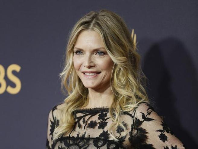 Emmy Awards 2017, notte di gala: le trasparenze di Michelle Pfeiffer,  il rosso di Nicole Kidman, la scollatura di Heidi Klum