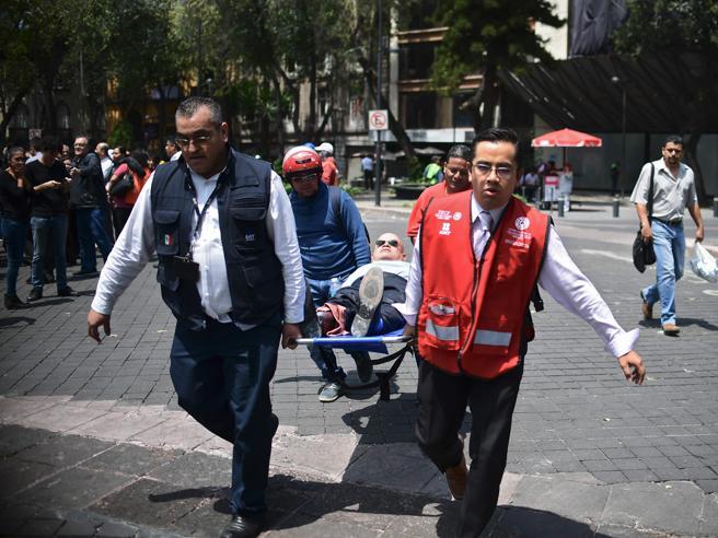 Terremoto in Messico, magnitudo 7.1: «Oltre 200 i morti. Edifici sgretolati» Gente intrappolata sotto le macerie