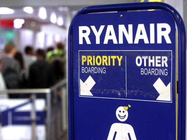 Ryanair  ai piloti: bonus da 12mila euro in cambio del taglio delle ferieVoli cancellati, protestano equipaggi