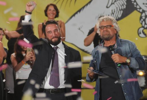 Giancarlo Cancelleri e Beppe Grillo insieme sul palco  a Palermo  (Ansa)
