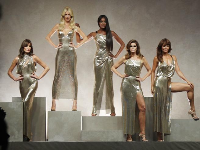 Carla Bruni, Claudia Schiffer, Cindy Crawford, Helena Christensen e Naomi Campbell: la sfilata di Versace celebra Gianni