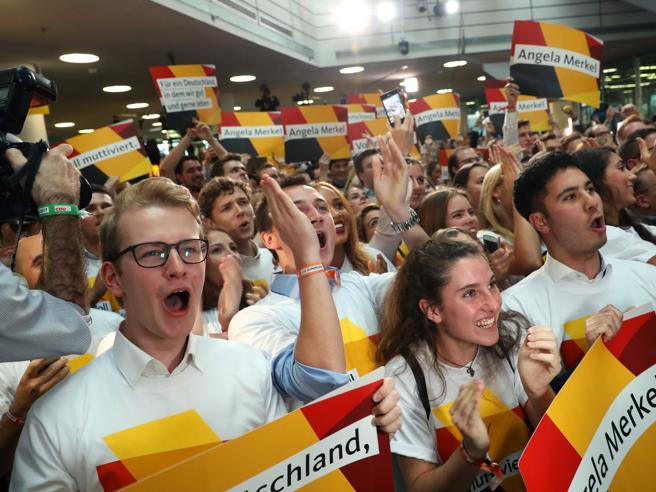 Elezioni Germania 2017,  Merkel in testa, i populisti di Afd volano al 13%Schulz: «Finisce la Grosse Koalition»