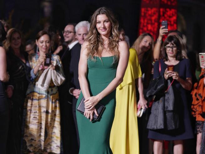 Gisele Bündchen color prato e Tina Kunakey con i capelli selvaggi: il tappeto verde dei Green Carpet Fashion Awards