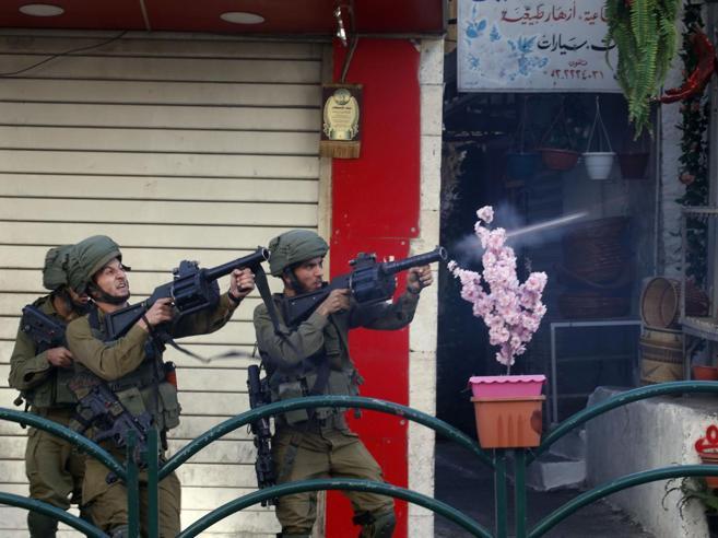 Cisgiordania, tre  guardiani israeliani uccisi  da un palestinese. Hamas: «Nuovo capitolo dell'Intifada»