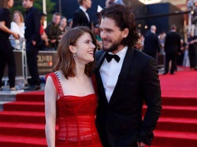Kit Harington e Rose Leslie fidanzati: il lieto fine di Jon e Ygritte del Trono di Spade. «A breve le nozze»