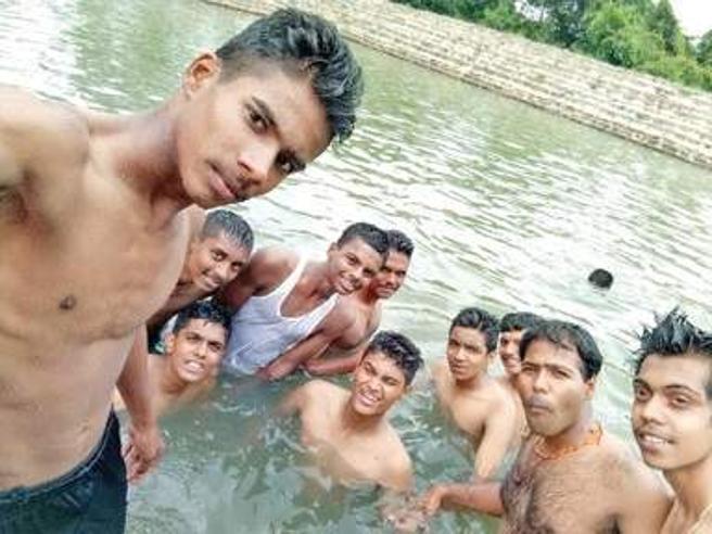 Selfie al lago ma non si accorgono dell'amico che annega|Le fotoVittime per moda: India, 76 morti