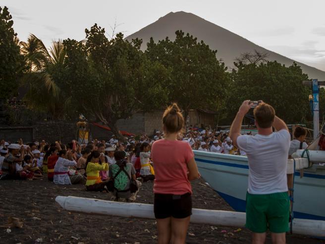 Il vulcano Agung minaccia Bali Evacuazioni e voli dirottati: foto