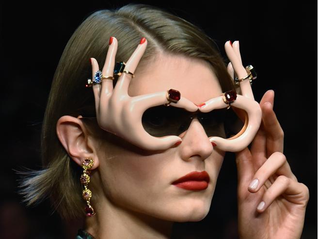 Orecchini e occhiali in formato maxi: 20 accessori per farsi notare