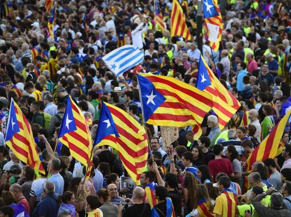 La Catalogna vuole andarsene: sale la tensione, feriti nella notte