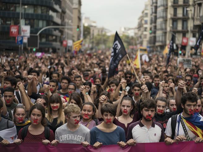Catalogna, il presidente Puigdemont: «Serve mediazione internazionale»|FotoLa crisi in 8 punti|La videostoria del voto