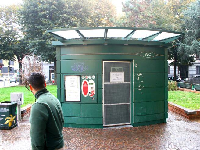 Milano, il caso del wc chimico pubblico chiuso per prostituzione