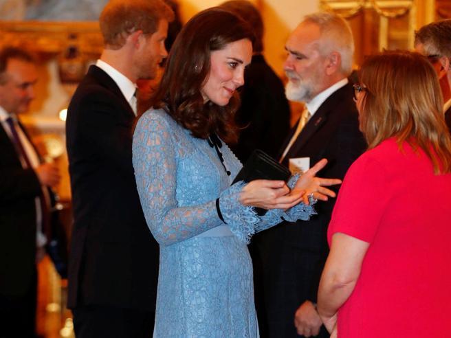 Kate Middleton incinta, la prima uscita pubblica con pancino