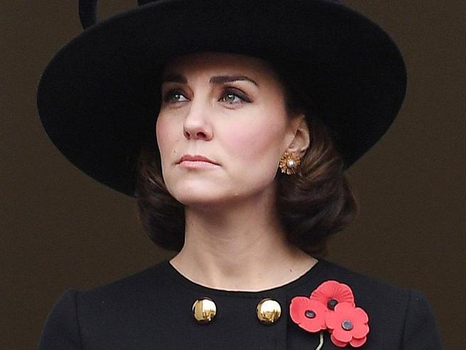 Cappotto nero e viso stanco: Kate Middleton alla cerimonia per il remembrance Day