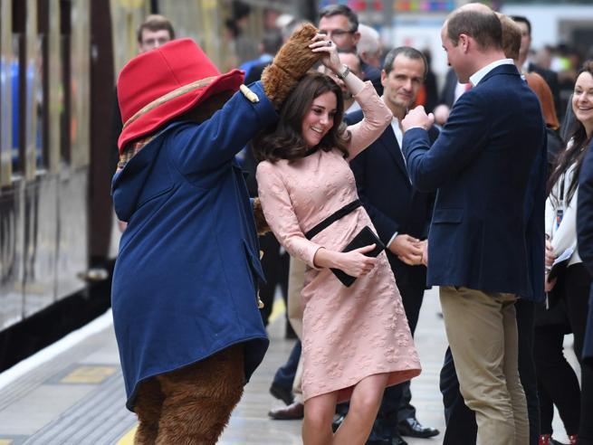 Taglio nuovo e sorrisi: le foto della gravidanza di Kate (che balla con l'orso Paddington)