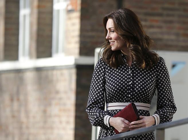 Kate Middleton incinta a un evento di beneficenza: in pubblico dopo l'annuncio del fidanzamento di Harry e Meghan