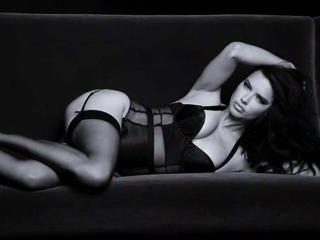 Adriana Lima e Alessandra Ambrosio: angeli seducenti nel nuovo spot di Victoria's Secret