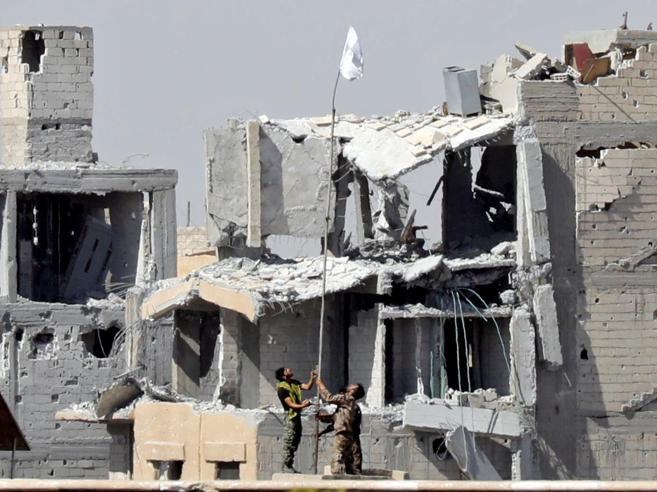 Bandiera bianca su RaqqaCapitale Isis liberata   dai curdi (con l'appoggio  Usa)|Foto