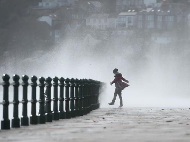 Ophelia, la furia dell'uragano su Scozia e Galles. In Portogallo 39 morti|Cielo rosso su Londra Foto