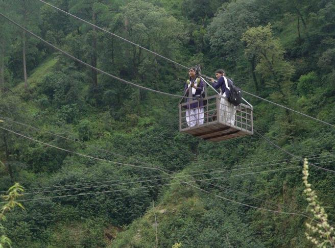 Su un ponte di funi a 1.200 metri   Il  pericoloso «trekking» delle  due sorelle per andare a scuola |foto