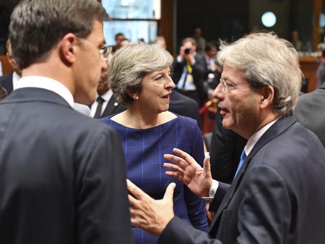 Visco Bankitalia, Renzi: «Il governo sapeva». La difesa di Gentiloni