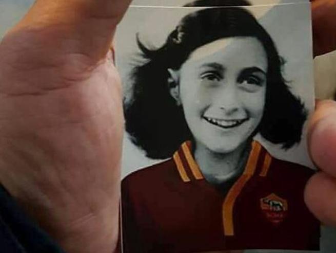 Gli ultrà Lazio e Anna Frank con la maglia  della Roma: domani Lotito in SinagogaLe foto  Calcio e razzismo