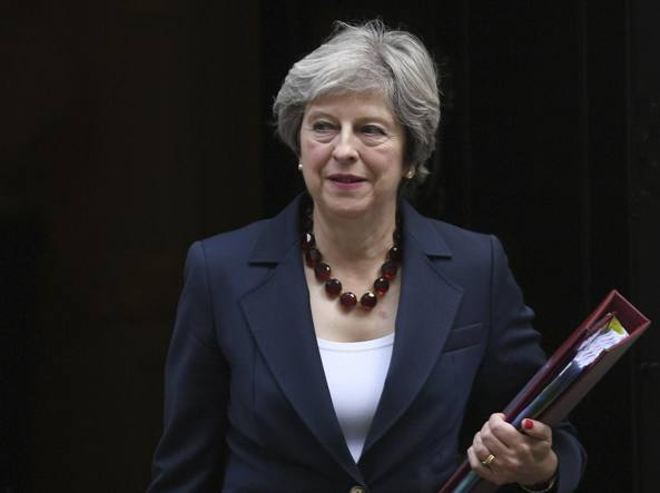 Scandalo molestie a Westminster, trema il Governo May