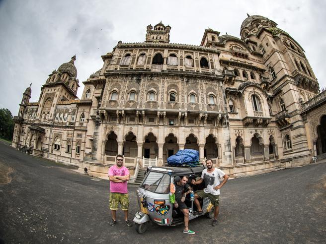Tremila km a bordo di un'Ape: folle viaggio di 3  italiani Le foto