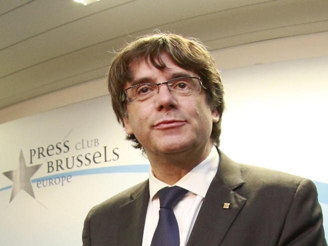Catalogna, Puigdemont da Bruxelles: «Elezioni del 21 dicembre, accettiamo la sfida»