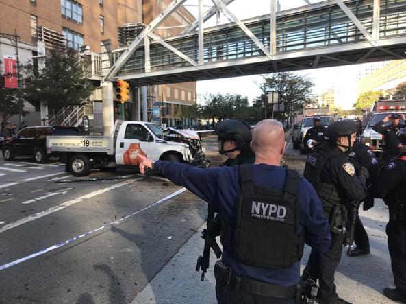New York. Veicolo contro pista ciclabile. Spari, 4 morti e diversi feriti