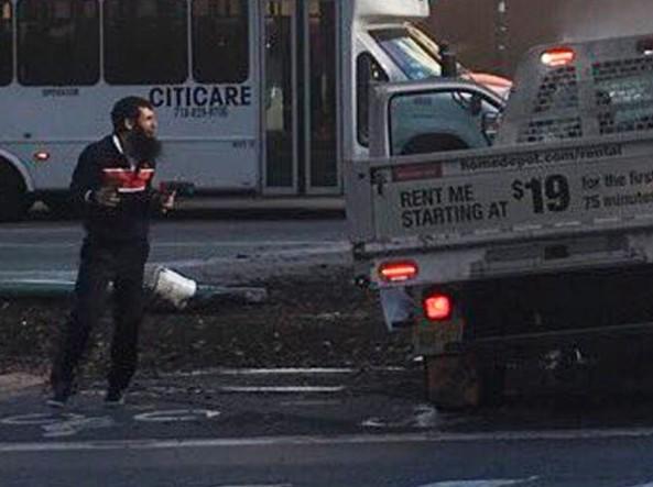 L'attentatore appena sceso dal furgone (Twitter)