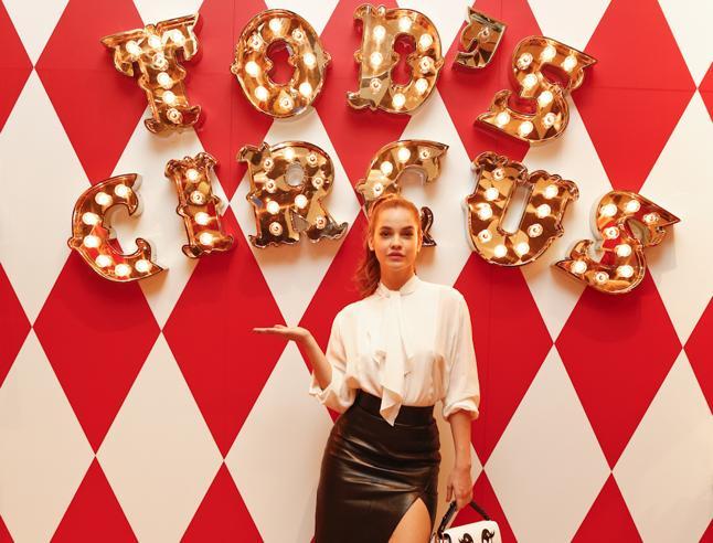 Barbara Palvin regina del «circo» di Tod's. I negozi a tempo più belli