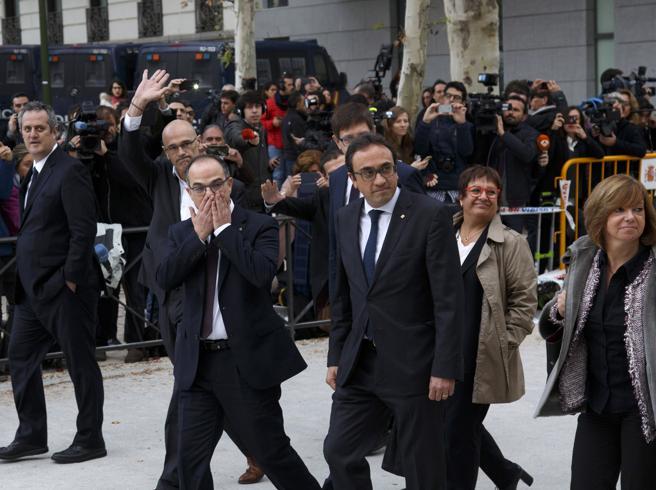 Catalogna, Puigdemont non si presenta al processo. La giudice: in arresto tutto il «Govern» catalano